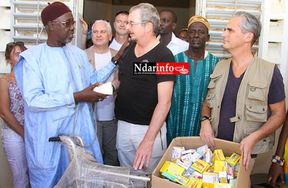 Remise symbolique des dons, entre Philippe CHABAUX et le maire Alioune SARR, au Poste de Santé de Fass-Ngom