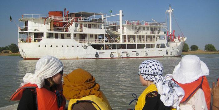 Des touristes contemplent la splendeur du Bou El Mogdad