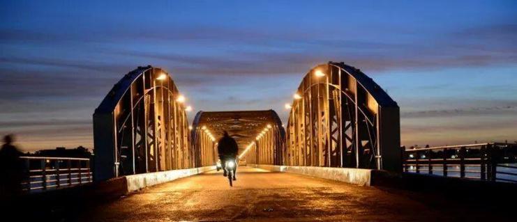 Vue nocturne du pont Faidherbe. Crédit photo: Erick-Christian AHOUNOU