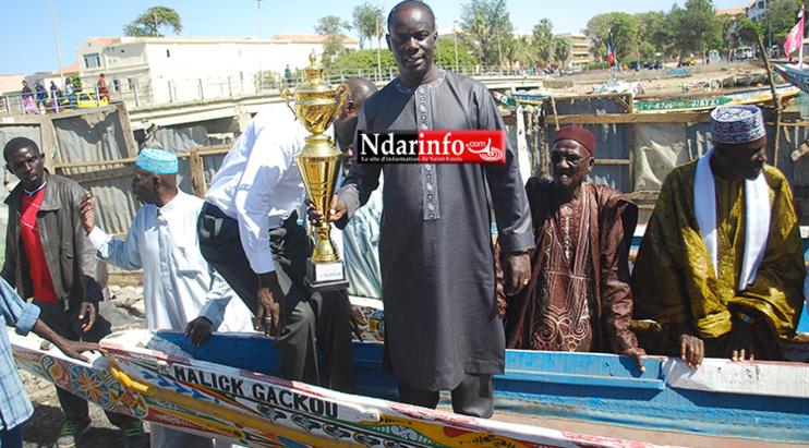 Gakou sur la pirogue qui portait son nom aux régates der Guet-Ndar