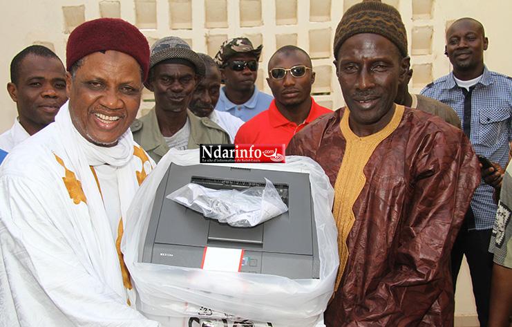 Le maire remet symboliquement une imprimante à Ameth GUEYE, représentant des principaux des Cem de DIAMA