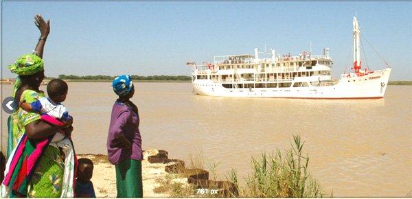 Le « Bou El Mogdad » remontant le fleuve Sénégal. (Crédits : www.compagniedufleuve.com)