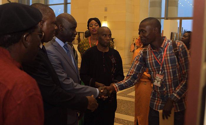 Poignée de main entre le ministre sénégalais de la Culture Mbagnick NDIAYE et l'artiste Saint-Louisien Abdoukarim FALL au MADAK