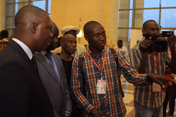 Les ministres de la Culture ivoiriens et sénéglais contemplent le tableau de l'artiste Saint-Louisien, au MADAK