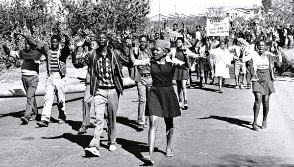 Emeutes de Soweto le 16 juin 1976, garçons et filles, les collégiens sont dans la rue. © Bongani Mnguni/City Press/Gallo Images/Getty Images