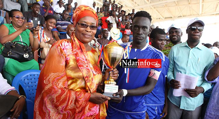 Mme Reine Mary Coly BADIANE  remet le trophée au capitaine de l'ASC Stade de Pikine