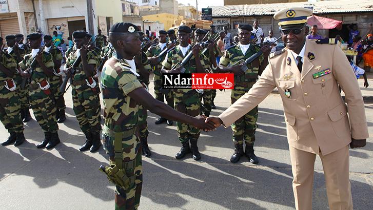 Le Colonel Mbaye CISSE, commandant de la Zone Nord N°2, salue un de ses éléments après une revue des troupes.