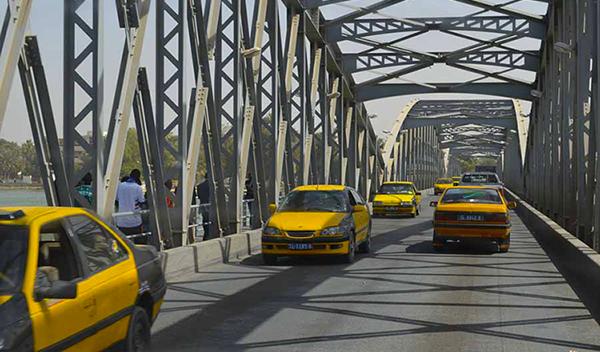 Le chauffeur descend uriner, ils  emportent le taxi et se font arrêter à Saint-Louis.