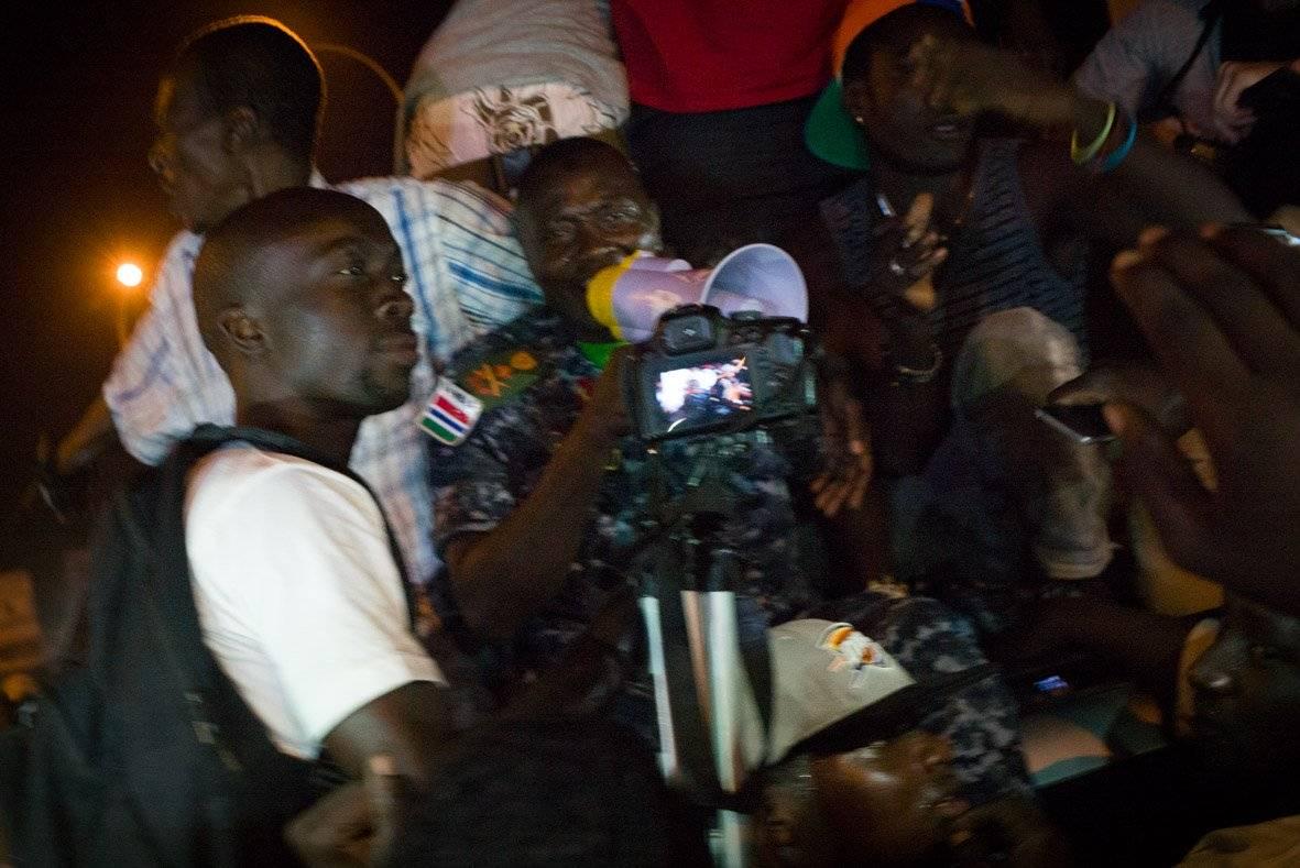 (3) Photos: scène incroyable, Badjie, le Général de Jammeh fête l'investiture de Adama Barrow dans la rue. Regardez