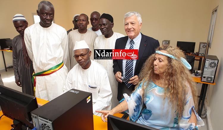 Mme Mme BARROUH, André FROISSARD, Ousmane SOW et Mame DIOP dans la salle informatique équipée ...