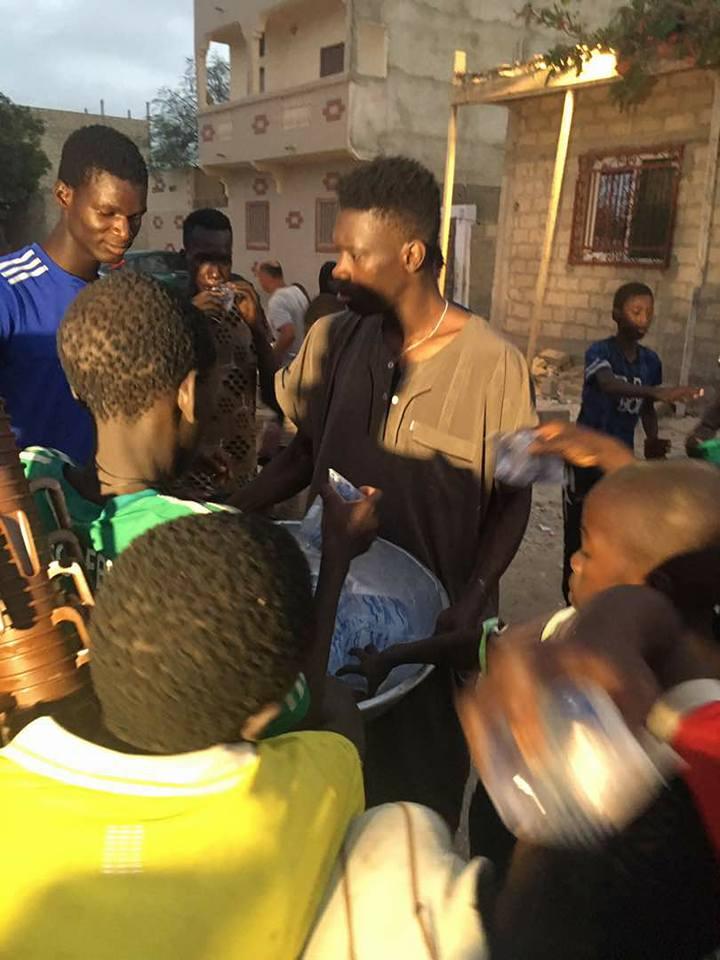 SOCIAL : Ismaila SARR distribue le Ndogou aux talibés (photos)