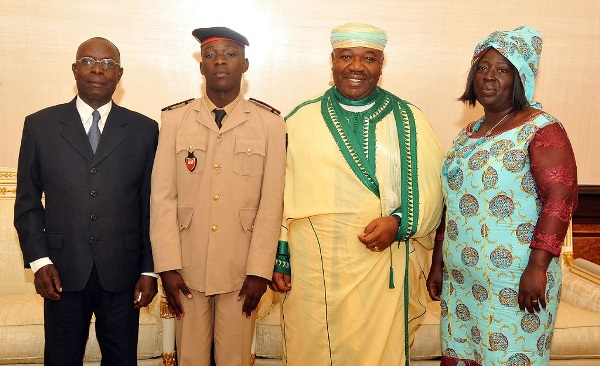 Ali Bongo honore un petit génie gabonais du prytanée militaire Charles N'tchoréré de Saint-Louis