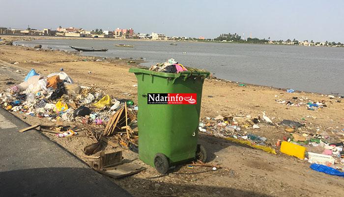Une poubelle non récupérée sur la digue de Ndioloffène