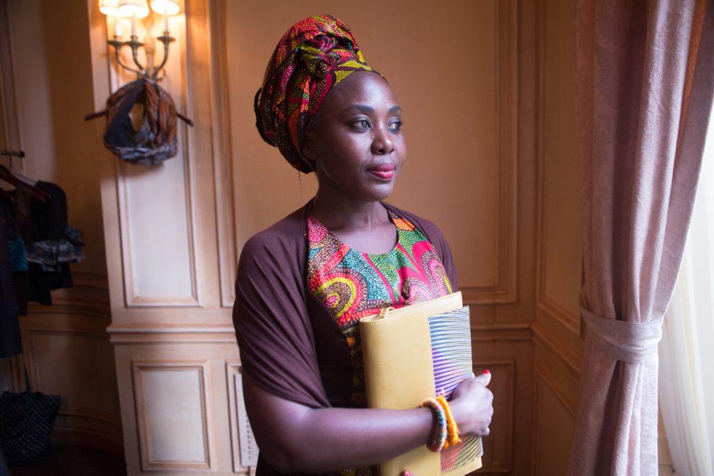 La styliste sénégalaise Rama Diaw a voyagé dans le monde entier et trouvé des clientes en Europe pour ses robes faites en tissus africains. (Dpt. d'État/D.A. Peterson)