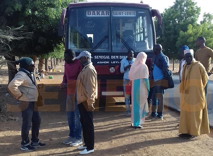 Arrêt sur image : Un bus Sénégal dem dikk en panne de gasoil entre Saint Louis et Kébémer