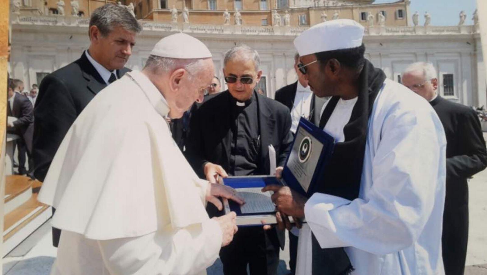 Le Pape François reçoit un exemplaire de Futsi de Serigne Touba, dédié à Marie
