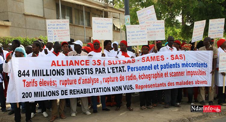 """Contre une """"gestion nébuleuse"""" de l'hôpital de Saint-Louis : Médecins et travailleurs ont battu le macadam, ce matin (vidéo)"""