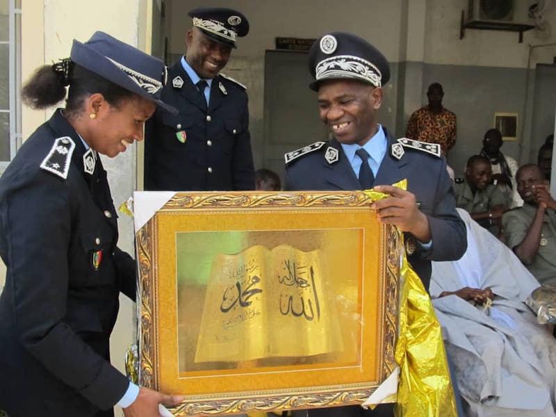 Le Commissaire central El Hadji Bécaye DIARRA remettant un tableau à sa collègue
