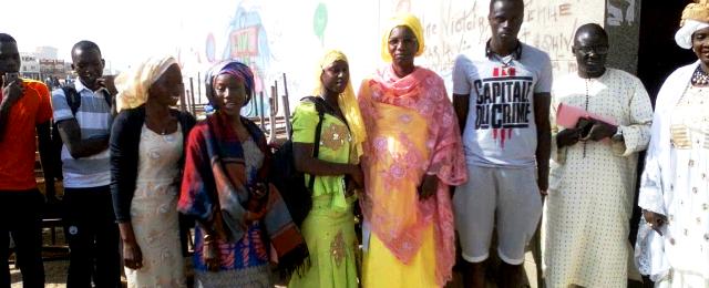 Mme Lota Dieng (en jaune)  et les élèves en communion