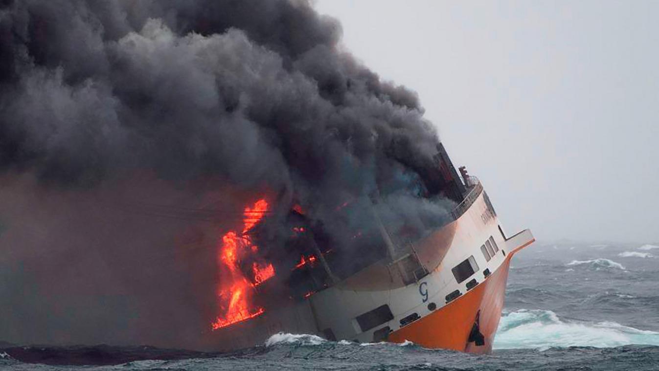 Le bateau a fait naufrage lundi dernier. En médaillon, Nicole Harmegnies. - Belga/Pa.Ti.