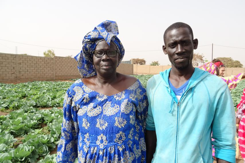 Abdoulaye avec sa mère Tiné Ndoye, sur sa ferme de légumes biologiques.Crédit: Eric Chaurette