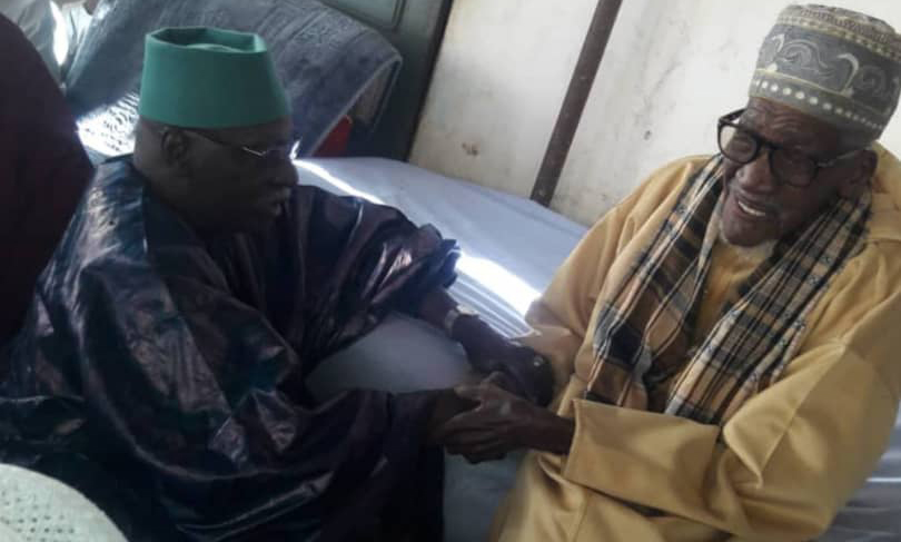 Poignée de main entre Serigne Mbaye Sy Mansour et Baye Alioune Gaye
