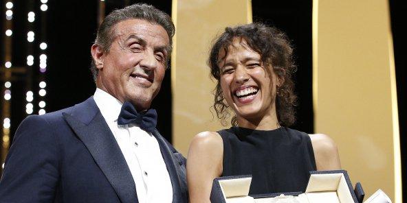 La réalisatrice franco-sénégalaise Mati Diop recevait le grand prix du Festival de Cannes 2019 des mains de l'acteur Sylvester Stallone. © REUTERS/Stephane Mahe
