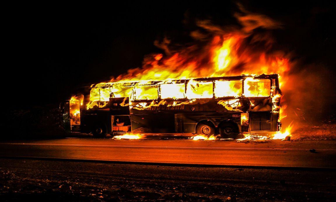 Accident sur la route de DAKAR : Percuté par un camion, un bus prend feu (vidéo)