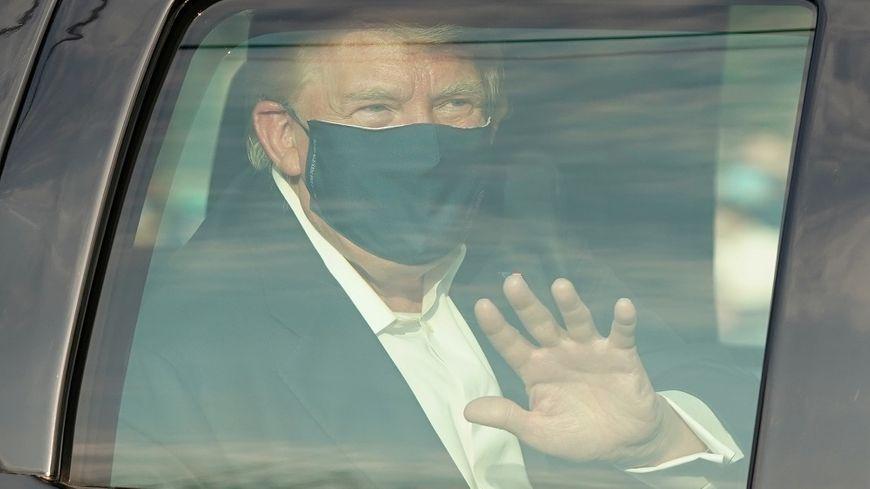 """Trump sort saluer ses partisans et suscite les critiques d'experts médicaux: """"C'est de la folie"""""""