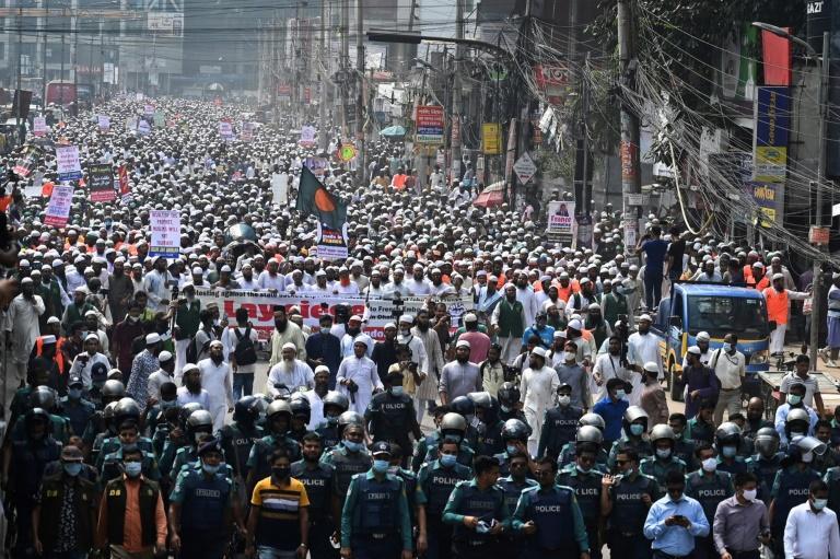 """Bangladesh : des dizaines de milliers de manifestants contre la France """"ennemie des musulmans"""""""
