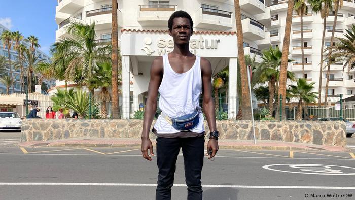 Babacar devant un hôtel dans la région de Maspalomas qui accueille les migrants.