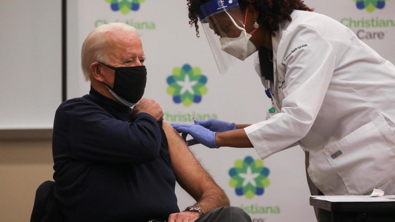 Le président élu Joe Biden reçoit une dose de vaccin contre le Covid-19 dans un hôpital de Newark, dans son État du Delaware, le 21 décembre 2020. © Leah Millis, Reuters