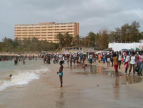 """Ruée vers les """"plages de la mort"""" malgré les noyades"""