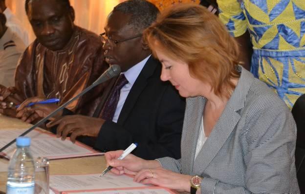 Mme Béatrice Garrette et le Recteur Lamine Guèye signent la convention.