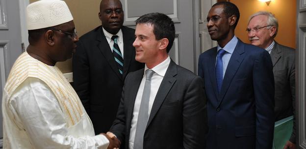 Manuel Valls élevé au rang de Chevalier de l'Ordre national du Lion.