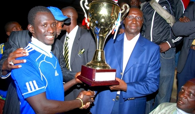 Abdel Kdar Ndiaye remettant un trophée au vainqueur de la Zone 2  dont il est le parrain.