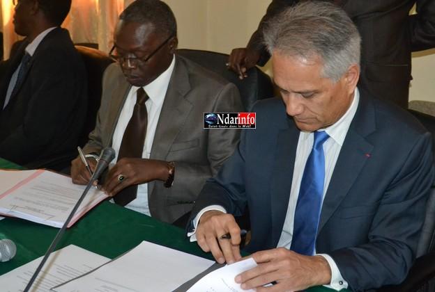 Le recteur Lamine Guèye et Michel Laurent, directeur de l'IRD, signent la convention.