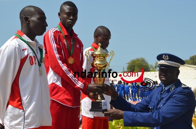 Mamadou Lamine Sarr du bataillon des commandos recevant son trophée des mains du Commandant de la Légion nord de la Gendarmerie