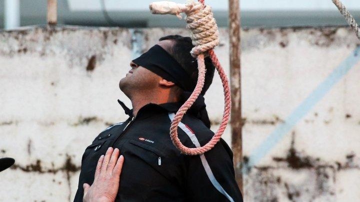 En images : un condamné à mort iranien gracié par la mère de sa victime