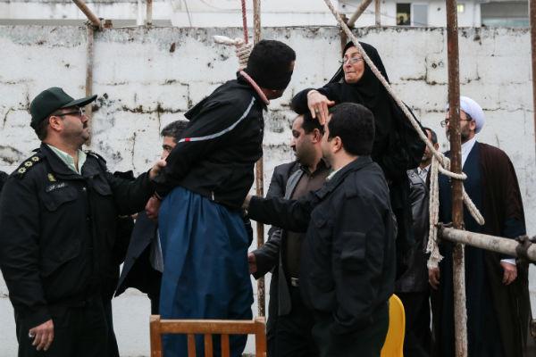 """Il a été gracié par la mère de la victime, Samereh, comme le permet la loi islamique. """"Le meurtrier pleurait, a-t-elle raconté. Il m'a demandé pardon. Je l'ai giflé, ce qui m'a calmée. J'ai dit : 'Je te punis pour le malheur que tu m'as fait'"""".  © AFP"""