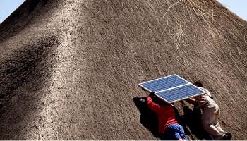 Installation de panneaux solaires chez un client d'EDF dans la province de Gaborone, au Botswana. © Eranian Philippe/JA
