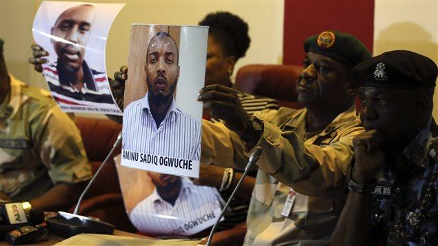 Les services de sécurité d'Abuja présentant les photos de deux hommes possiblement membres de Boko Haram, en mai dernier  Photo :  Afolabi Sotunde / Reuters