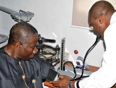 Incroyable! Le Président nigérian Jonathan Gooluck subit un test Ebola à son arrivée au sommet Etats-Unis-Afrique