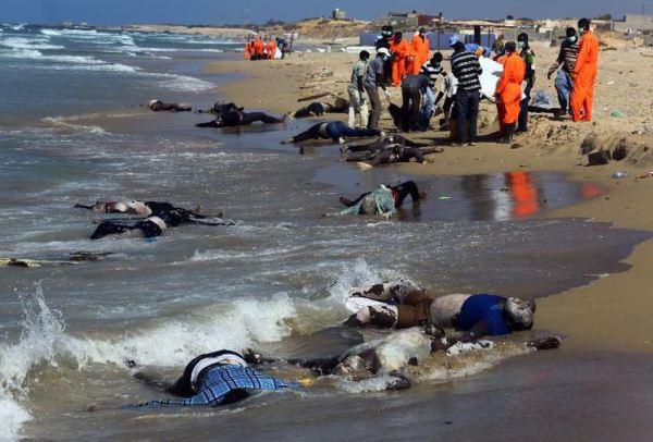 Des secouristes sur la plage d'al-Qarbole, où gisent des corps de migrants clandestins à 60 km à l'est de Tripoli, en Libye le 25 août 2014 | AFP
