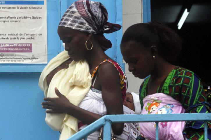 Pourquoi y a-t-il plus de femmes que d'hommes qui meurent d'Ebola?