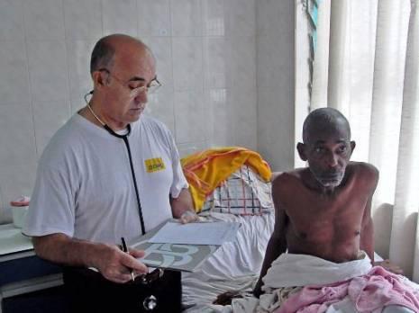 Photo fournie le 20 septembre 2014 par l'ONG Juan CIUDAD du frère Manuel Garcia Viejo avec un malade à l'hôpital San Juan de Dios à Lusar en Sierra Leone