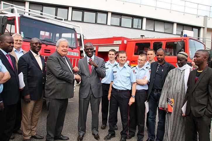Cheikh Bamba DIEYE, le maire sortant de Saint-Louis recoit des mains de Jean Louis Destans les clés d'engins de secours offerts par le SDIS, lors d'une visite à Toulouse, en juin 2013.