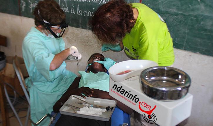 Des dentistes belges traitent un enfant à Ngallèle
