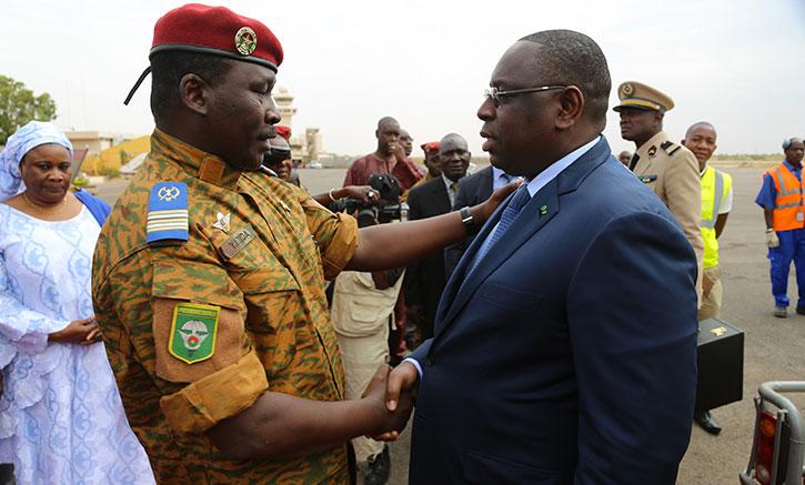 Le Burkina fixe une lente transition