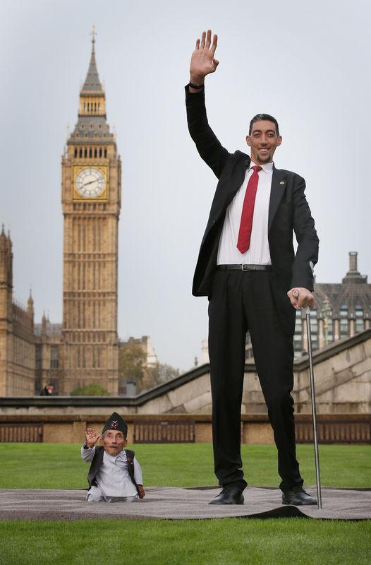 L'homme le plus grand du monde et l'homme le plus petit se sont rencontrés